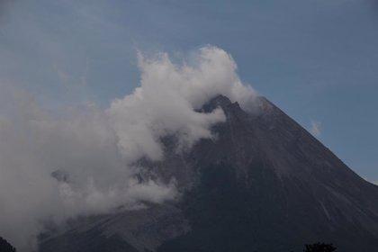 Indonesia.- Un volcán entra en erupción por segunda vez en tres días en el este de Indonesia