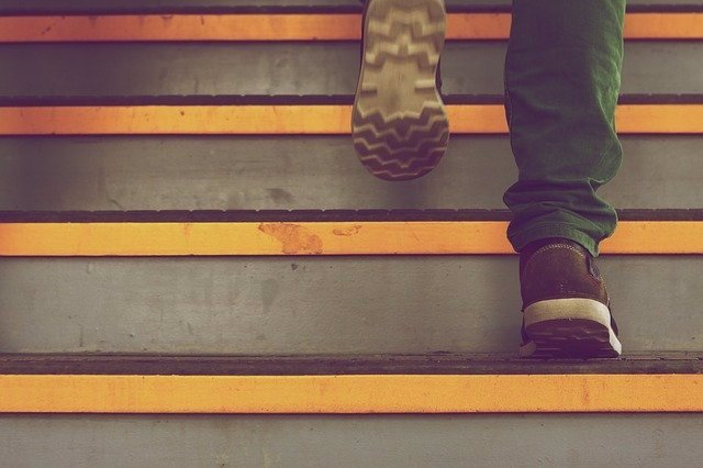 Subir escaleras.