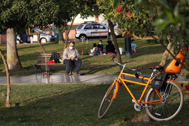 Un hombre con mascarilla en un parque de Lima