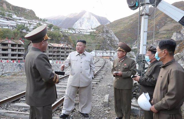 HANDOUT - 14 October 2020, North Korea, Komdok: A photo provided by the North Korean state news agency (KCNA) on 14 October 2020, shows North Korean leader Kim Jong-un (2nd L) visiting the typhoon-ravaged city of Komdok. Photo: -/KCNA/dpa - ATTENTION: edi