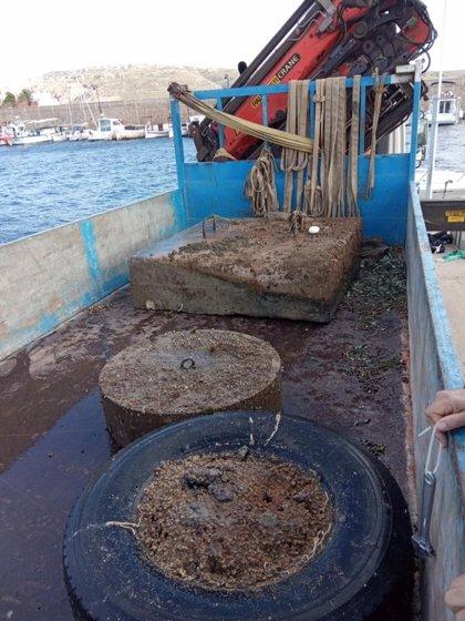 Medio Ambiente retira tres 'muertos' de fondeo ilegal de la bahía de Fornells