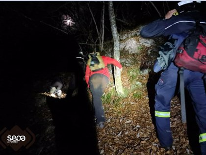 Rescatada ilesa una pareja y un menor que se desorientaron mientras hacían una ruta en Sobrescobio
