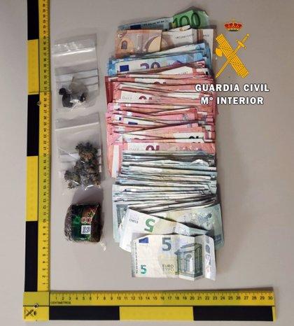 Detenido con hachís, marihuana y 3.000 euros en un doble fondo en el maletero de su vehículo en La Mojonera (Almería)