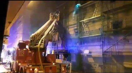 Los bomberos del 112 extinguen un fuego en el Palacio de Chiloeches de Santoña