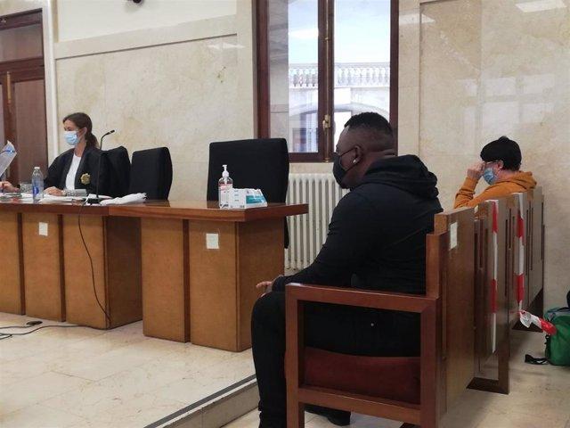Los acusados de pagar a menores tuteladas a cambio de sexo, en la Audiencia Provincial.