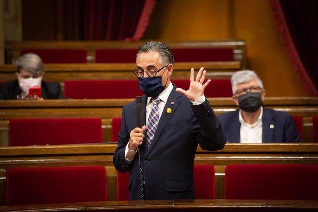 El nou conseller català d'Empresa, Ramón Tremosa, intervé al ple del Parlament.