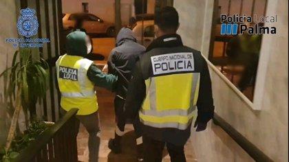 Detenidos dos jóvenes por vender drogas en un domicilio cercano a un centro escolar de Palma