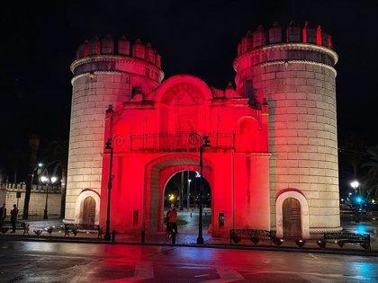 """El PSOE de Badajoz critica la utilización de colores """"chillones"""" para iluminar los monumentos"""