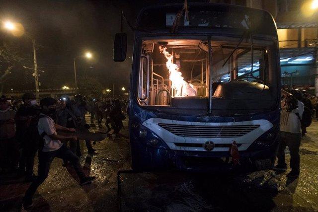 Un autobús arde durante las protestas contra el Gobierno en Guatemala.