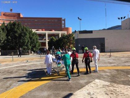 Bomberos rescatan y evacúan por aire a una senderista accidentada en el paraje de Los Mamellones (Murcia)