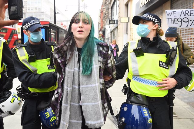 28 November 2020, England, London: Police officers detain a demonstrator during a protest against Coronavirus lockdown. Photo: Victoria Jones/PA Wire/dpa