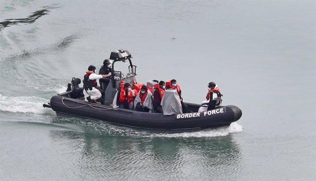Migrantes interceptados en el Canal de la Mancha.