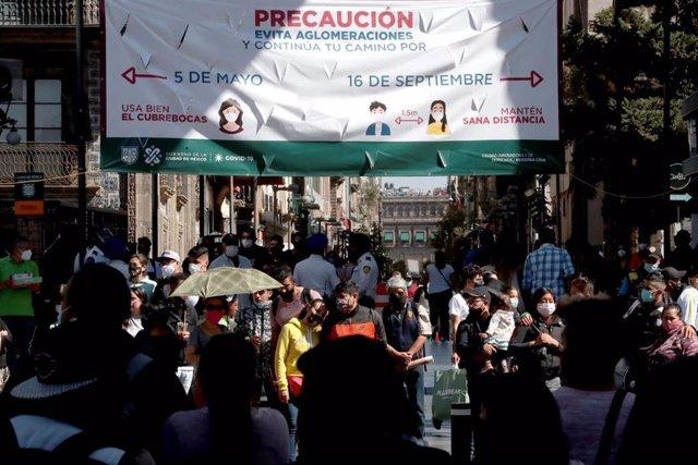 Pese a las advertencias, las calles del centro de Ciudad de México continúan siendo escenarios de importantes aglomeraciones.