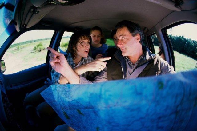 Familia discutiendo, coche, paciencia, perderse, ruta