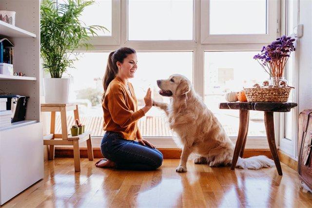Mujer y su perro, mascota.