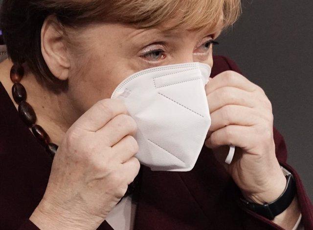 Angela Merkel se coloca la mascarilla tras una declaración en el Bundestag, en Berlín