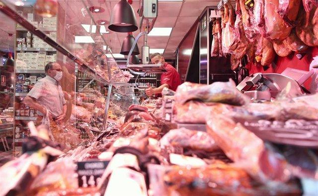 Un hombre comprando en un supermercado