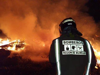 Bomberos trabajan en la extinción de un incendio de restos vegetales en una planta de reciclado de San Javier
