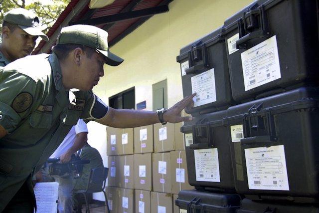 Imagen del reparto de documentación electoral en Venezuela