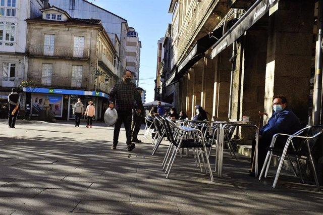 Comensales sentados en una terraza de un establecimiento abierto en O Carballiño donde hoy se levanta el cierre perimetral y reabre la hostelería, en O Carballiño, Ourense, Galicia, (España), a 21 de noviembre de 2020. Esta nueva fase de desescalada se pr