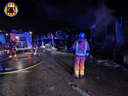Un incendio afecta a dos camiones estacionados en Catarroja