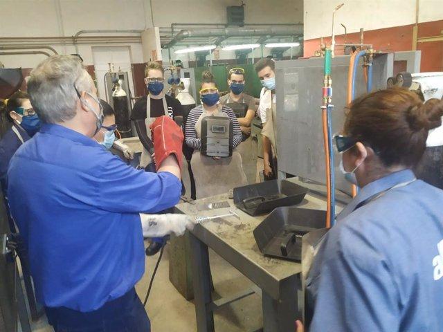 Profesor y alumnos participantes en uno de los cursos reanudados en el Centro de Formación Profesional para el Empleo de Montilla, foto de archivo