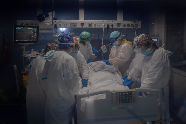 Trabajadores sanitarios protegidos atienden a un paciente