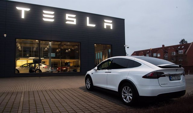 FILED - 07 February 2020, Lower Saxony, Hanover: A Tesla Model X stands in front of a sales shop and service center of the manufacturer of electric vehicles, Tesla. Tesla Inc. probably needs to boost spending early this year to keep growing, which could l