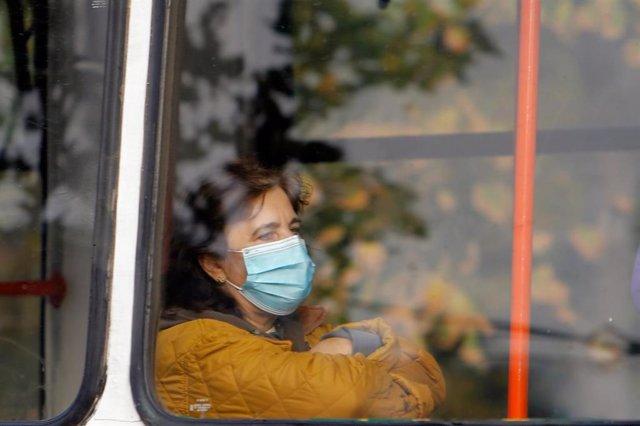 Una mujer con mascarilla en Bucarest, Rumanía