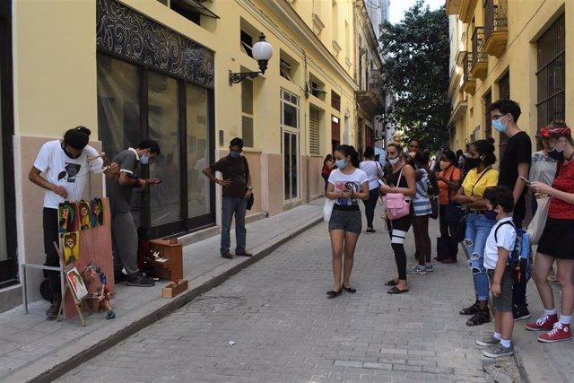 Personas con mascarillas en La Habana