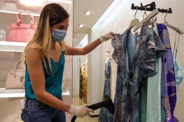 Una trabajadora de una tienda de ropa