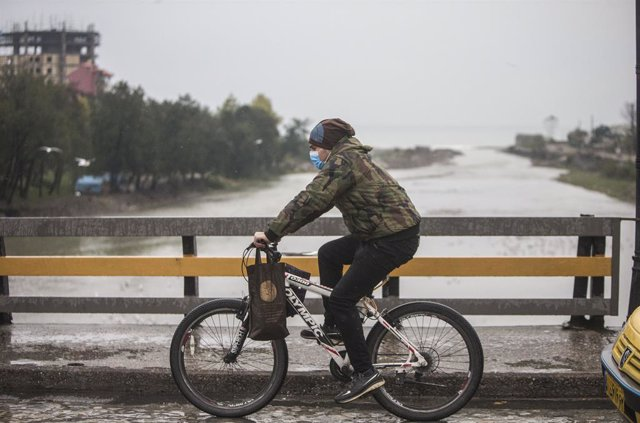 Un ciclista con mascarilla en Tonekabon, Irán