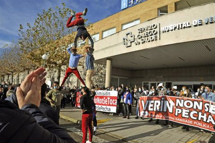 """Cientos de personas protestan frente al Hospital de Verín tras la """"revancha"""" del Sergas contra el jefe de Ginecología"""