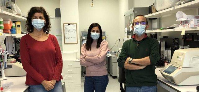 Raquel Escudero Nieto, Rosa González Martín-Niño y Ángel Zaballos, en uno de los laboratorios del Centro Nacional de Microbiología del ISCIII.