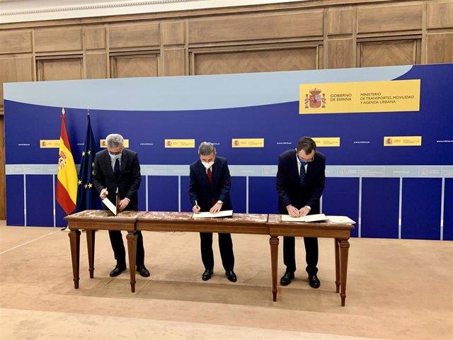 Ballesta, a la derecha, junto al secretario de Estado de Infraestructuras, Transporte y Vivienda, Pedro Saura, en el centro; y el secretario General de Agenda Urbana y Vivienda, David Lucas Parrón