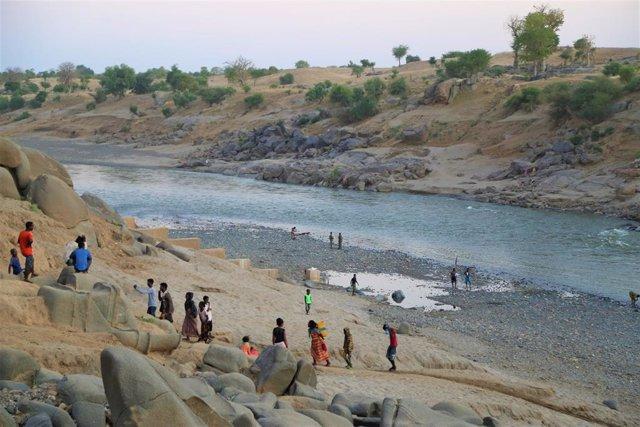Refugiados etíopes cruzan la frontera con Sudán