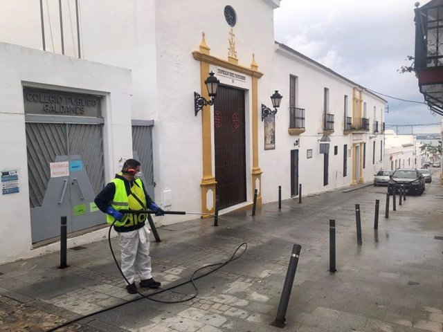 Un operario desinfecta las calles de Ayamonte (Huelva).