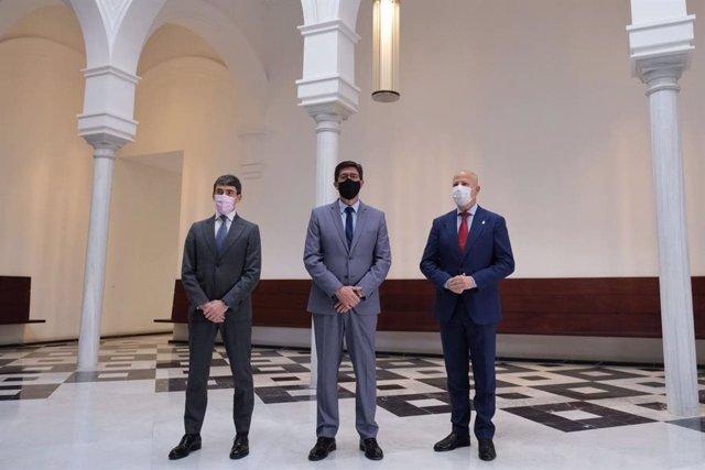 El presidente de Accenture en España, Portugal e Israel, Domingo Mirón; el vicepresidente de la Junta y consejero Juan Marín; y el consejero de Educación, Javier Imbroda, este lunes en San Telmo.