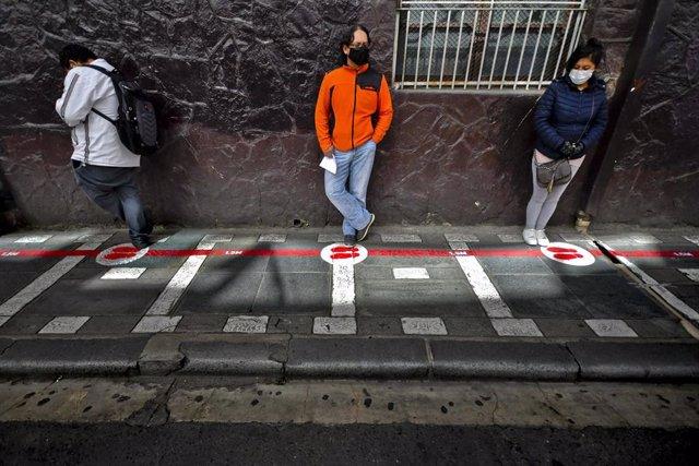 Personas con mascarilla y manteniendo la distancia social en La Paz, Bolivia.