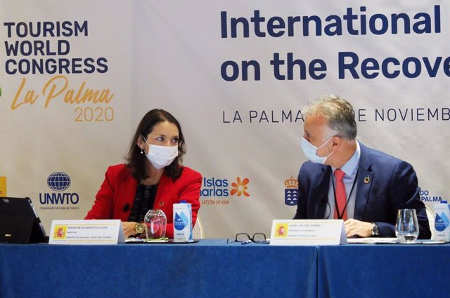 La ministra de Turismo, Reyes Maroto, y el presidente de Canarias, Ángel Víctor Torres, en una rueda de prensa celebrada en La Palma con motivo de la conferencia 'Poniendo en marcha la recuperación del turismo internacional'