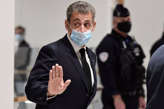 26 November 2020, France, Paris: Former French President Nicolas Sarkozy wearing a face mask leaves the courthouse after his trial on bribery, as he accused of having tried to obtain secret information from an Advocate-General at the Court of Cassation in