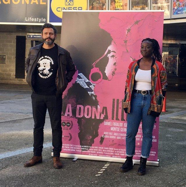 Els actors Isak Férriz i Yolanda Sey davant del cartell de la pel·lícula 'La dona il·legal' de Ramon Térmens