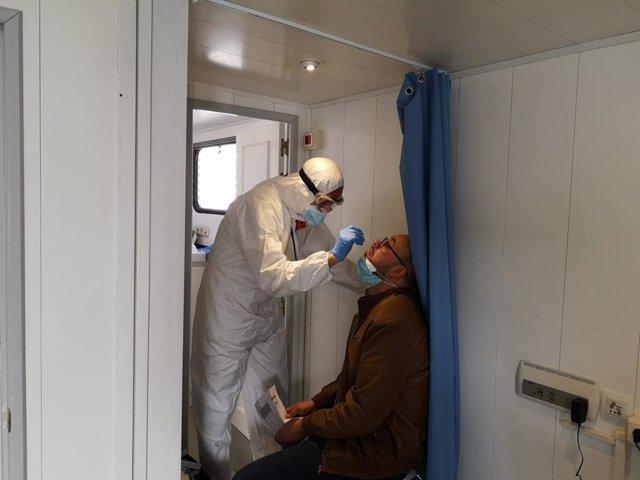 Un profesional sanitario realiza una prueba PCR a un habitante de Cuevas del Becerro (Málaga) a 30 de noviembre de 2020