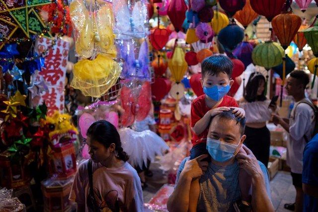 Personas con mascarilla durante el Festival de Otoño en Hanói, Vietnam