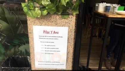 Clientes de bares de Valladolid colocan carteles de agradecimiento por abrir para ofrecer café para llevar