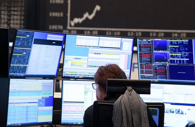 09 March 2020, Hessen, Frankfurt/Main: A stock trader watches her monitors on the trading floor of the Frankfurt Stock Exchange. Stock exchanges around the world are reacting with huge losses to the fall in oil prices and concerns about the economic conse