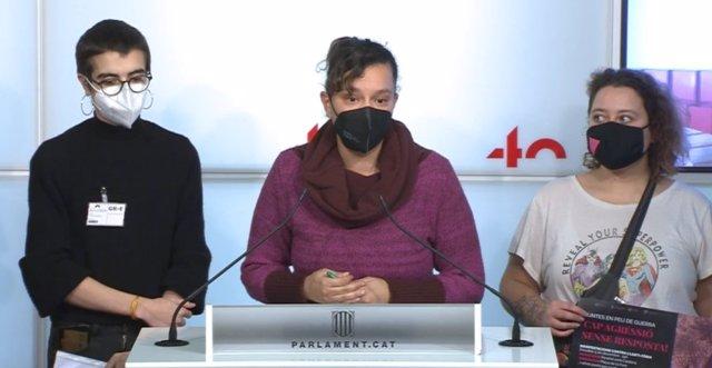 La diputada de la CUP al Parlament, Natàlia Sànchez, al costat del portaveu de l'entitat Crida LGBTI