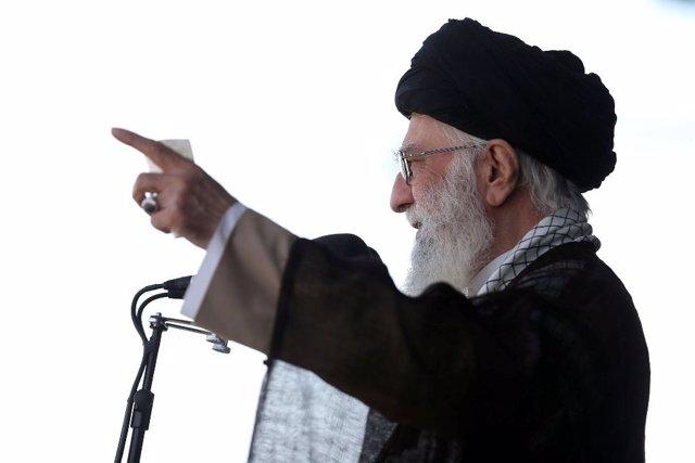"""El líder supremo iraní, el ayatolá Alí Jamenei, ha advertido de que su país responderá ante cualquier acto """"erróneo"""" del """"Gran Satán"""" relacionado con el acuerdo nuclear entre Irán y las principales potencias mundiales, una referencia velada a las amenazas"""