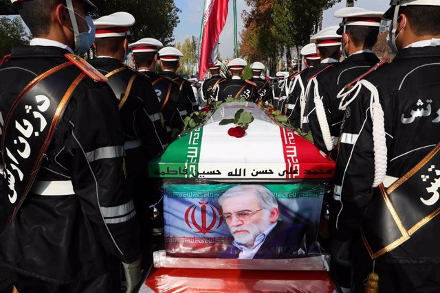 HANDOUT - 30 November 2020, Iran, Tehran: Iranian Soldiers carry the coffin of Iranian nuclear scientist Mohsen Fakhrizadeh during his funeral procession at the Iranian Ministry of Defence. Fakhrizadeh was shot on Friday in a suburb of Tehran and died sho