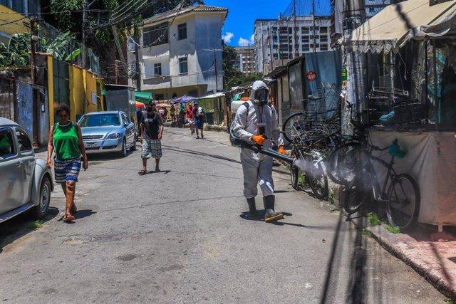 Residentes de la favela de Santa Marta, en el barrio de Botafogo, Río de Janeiro, en labores de desinfección.
